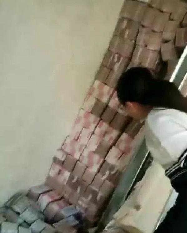 Phát hiện bức tường kỳ lạ trong căn nhà mới mua, thử đục ra xem, người phụ nữ vội báo cảnh sát khi thấy thứ này đầy ắp bên trong - Ảnh 3.