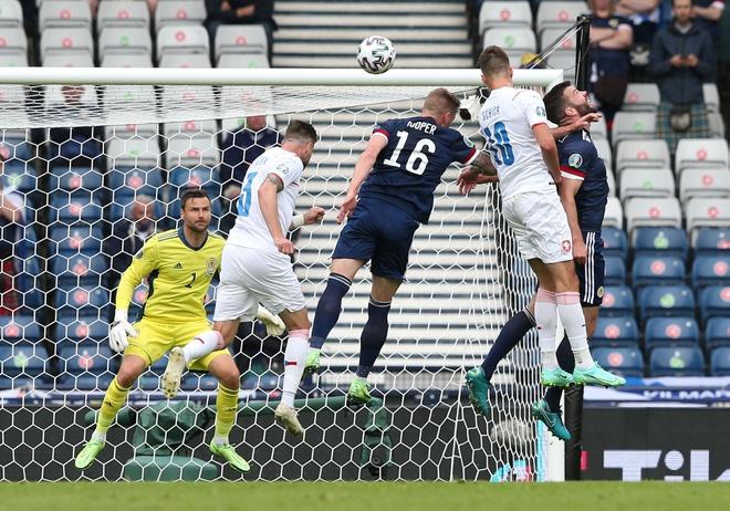 Euro 2020 xuất hiện siêu phẩm từ giữa sân, sao Man United thua cay đắng ngay trên sân nhà - Ảnh 1.