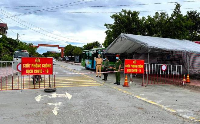 Đề xuất giãn cách xã hội toàn TP HCM thêm 2 tuần; Nguyên nhân 53 nhân viên BV Bệnh nhiệt đới đã tiêm vaccine vẫn mắc - Ảnh 1.