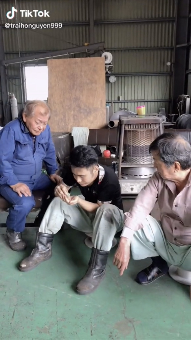 Hai ông chú người Nhật tròn mắt khi lần đầu nếm thử bột canh Việt Nam: Ngon đến nỗi phải kéo nhau ra một góc nhấm nháp - Ảnh 1.