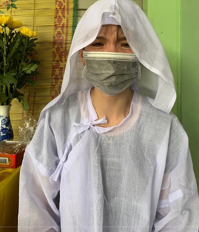 Nơi tuyến đầu chống dịch, hay tin mẹ mất, nữ kỹ thuật viên xét nghiệm Covid-19 lập vội bàn thờ, vái vọng mẹ - Ảnh 1.