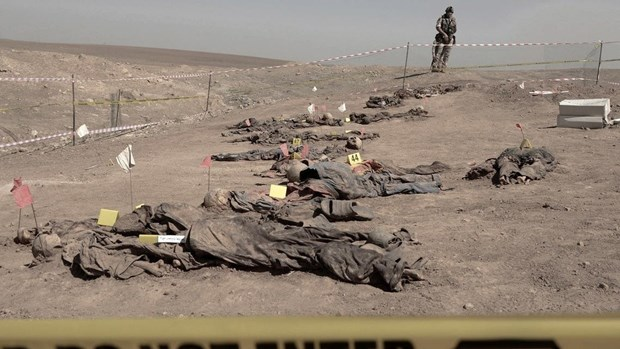 Kinh hoàng trước hàng chục ngôi mô tập thể ở Iraq, khai quật 100 thi thể đầu tiên - Gấu Nga ra đòn khủng khiếp ở Syria, đẫm máu chưa từng có - Ảnh 1.