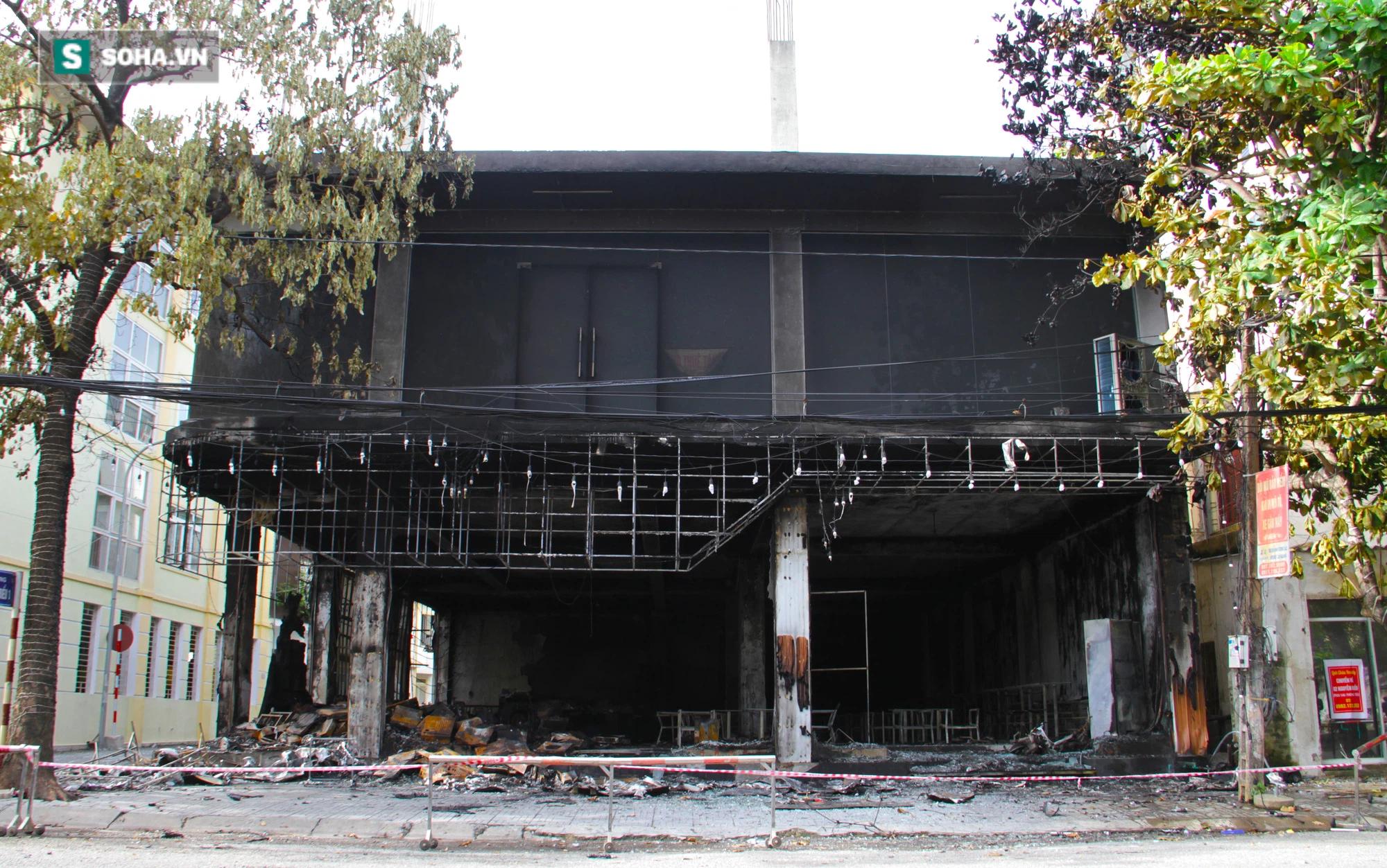 Cận cảnh hiện trường bên trong phòng trà bị cháy khiến 6 người tử vong ở Nghệ An - Ảnh 1.