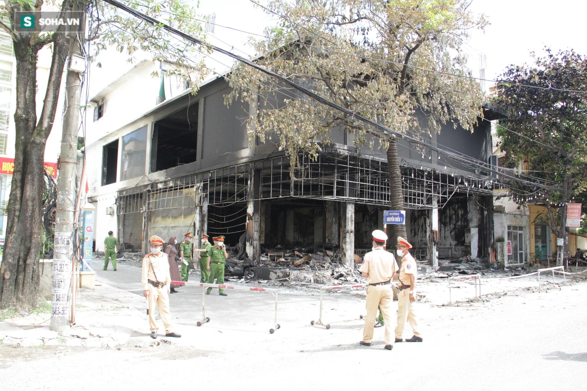 Cận cảnh hiện trường bên trong phòng trà bị cháy khiến 6 người tử vong ở Nghệ An - Ảnh 7.