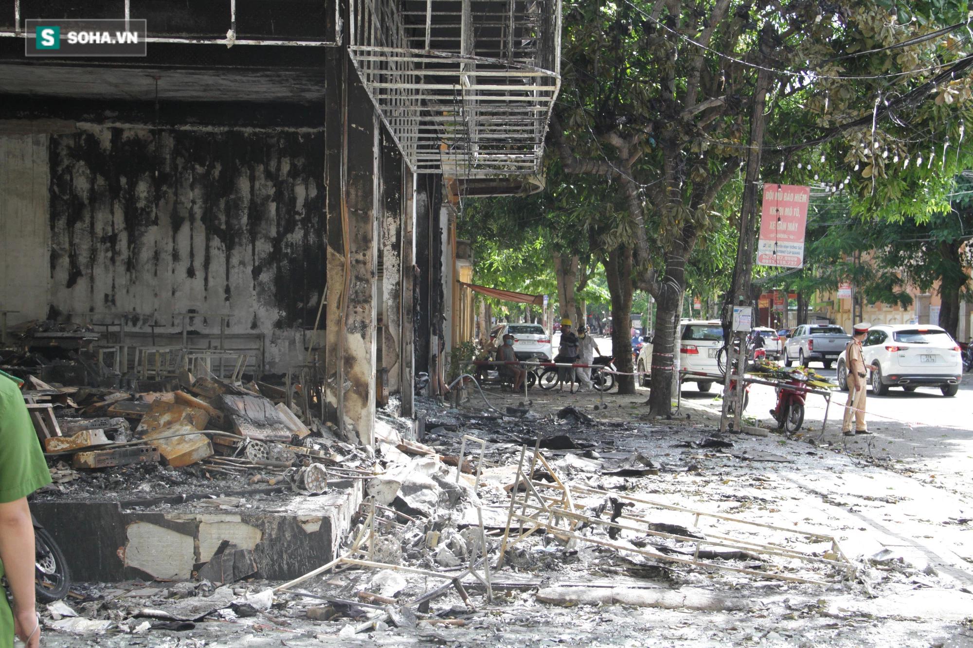 Cận cảnh hiện trường bên trong phòng trà bị cháy khiến 6 người tử vong ở Nghệ An - Ảnh 8.