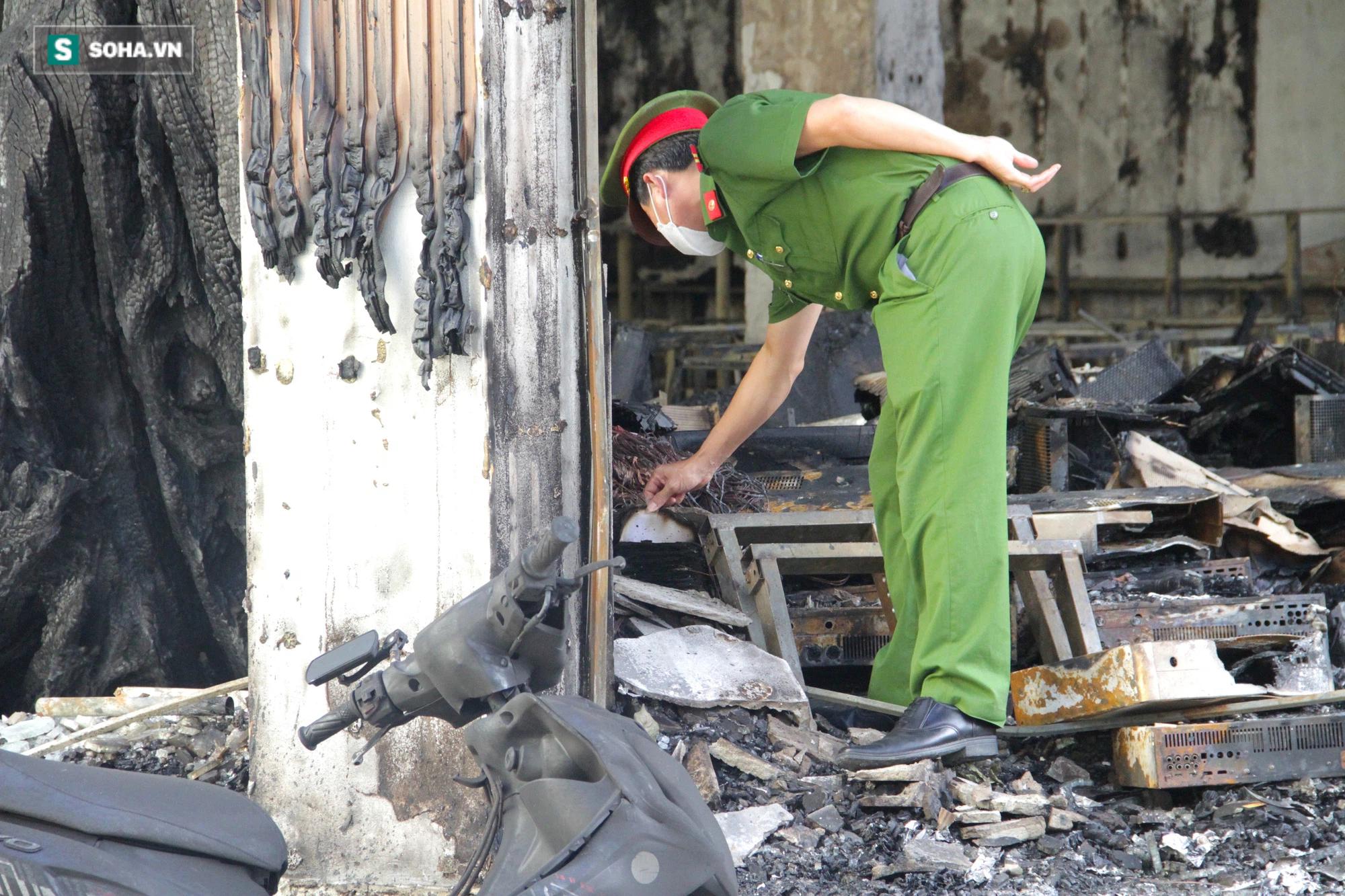 Cận cảnh hiện trường bên trong phòng trà bị cháy khiến 6 người tử vong ở Nghệ An - Ảnh 9.