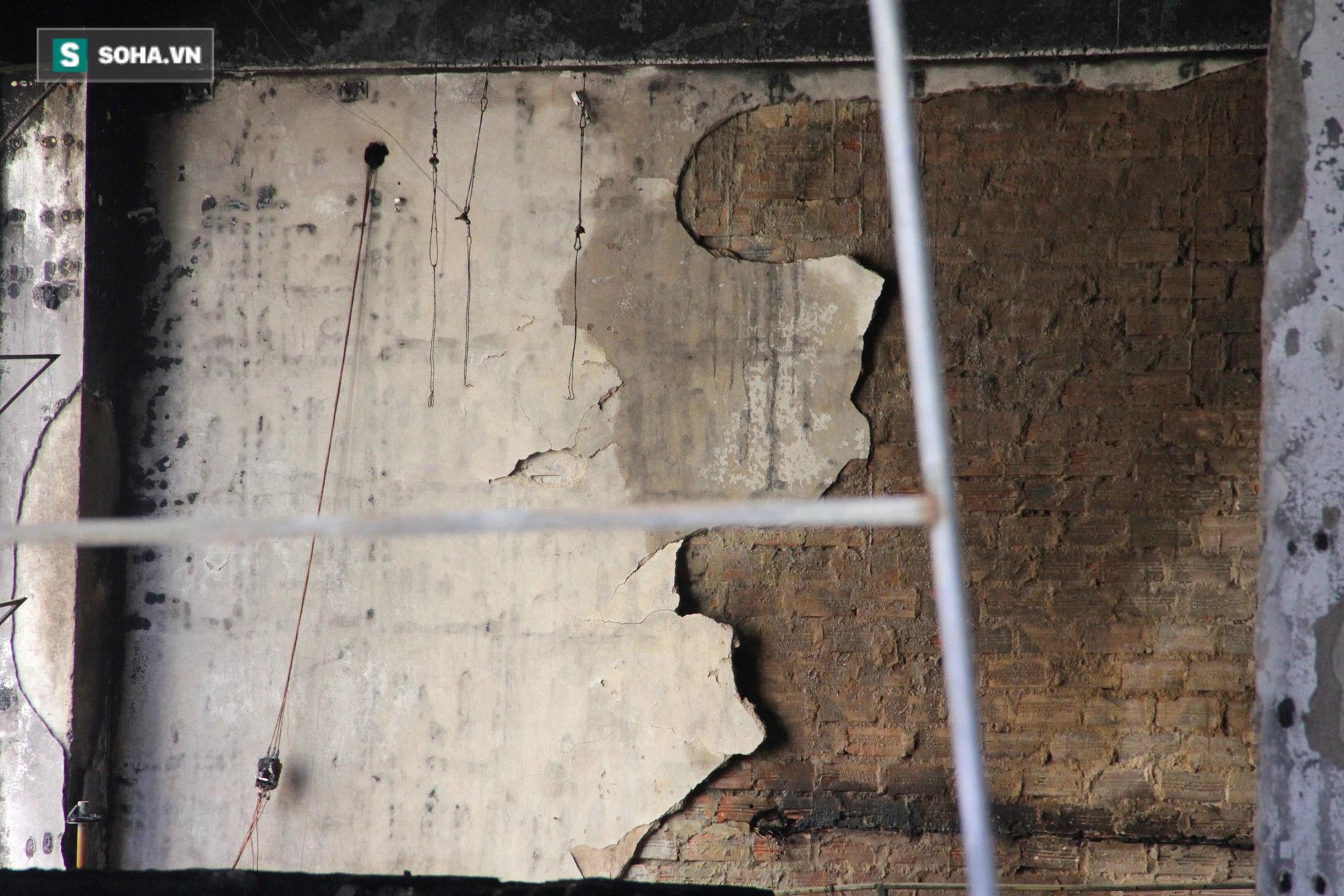 Cận cảnh hiện trường bên trong phòng trà bị cháy khiến 6 người tử vong ở Nghệ An - Ảnh 12.