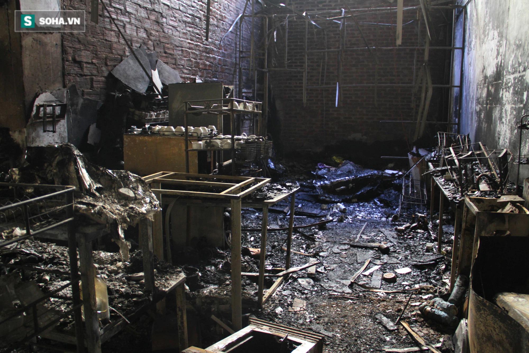 Cận cảnh hiện trường bên trong phòng trà bị cháy khiến 6 người tử vong ở Nghệ An - Ảnh 17.