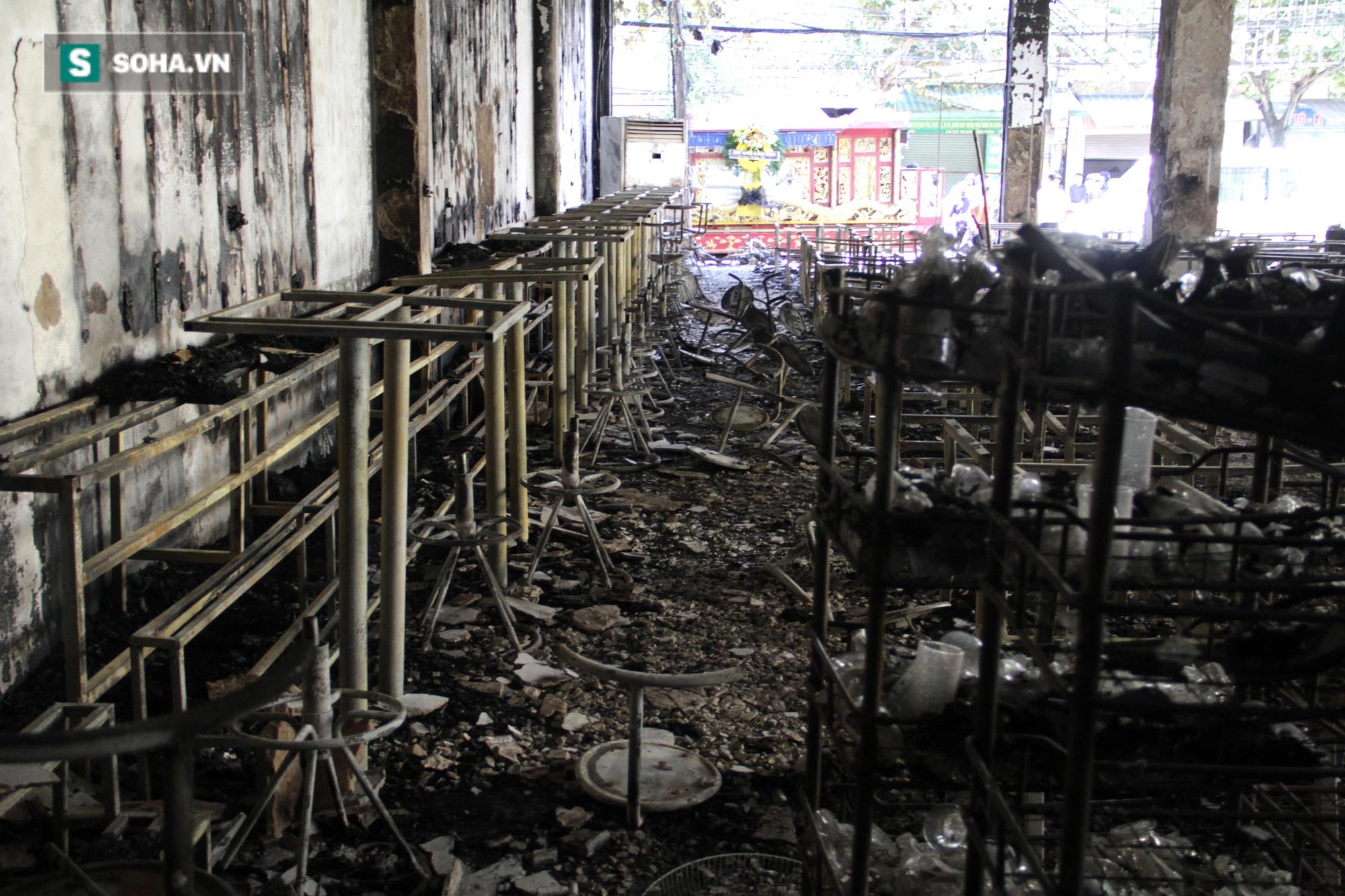 Cận cảnh hiện trường bên trong phòng trà bị cháy khiến 6 người tử vong ở Nghệ An - Ảnh 18.