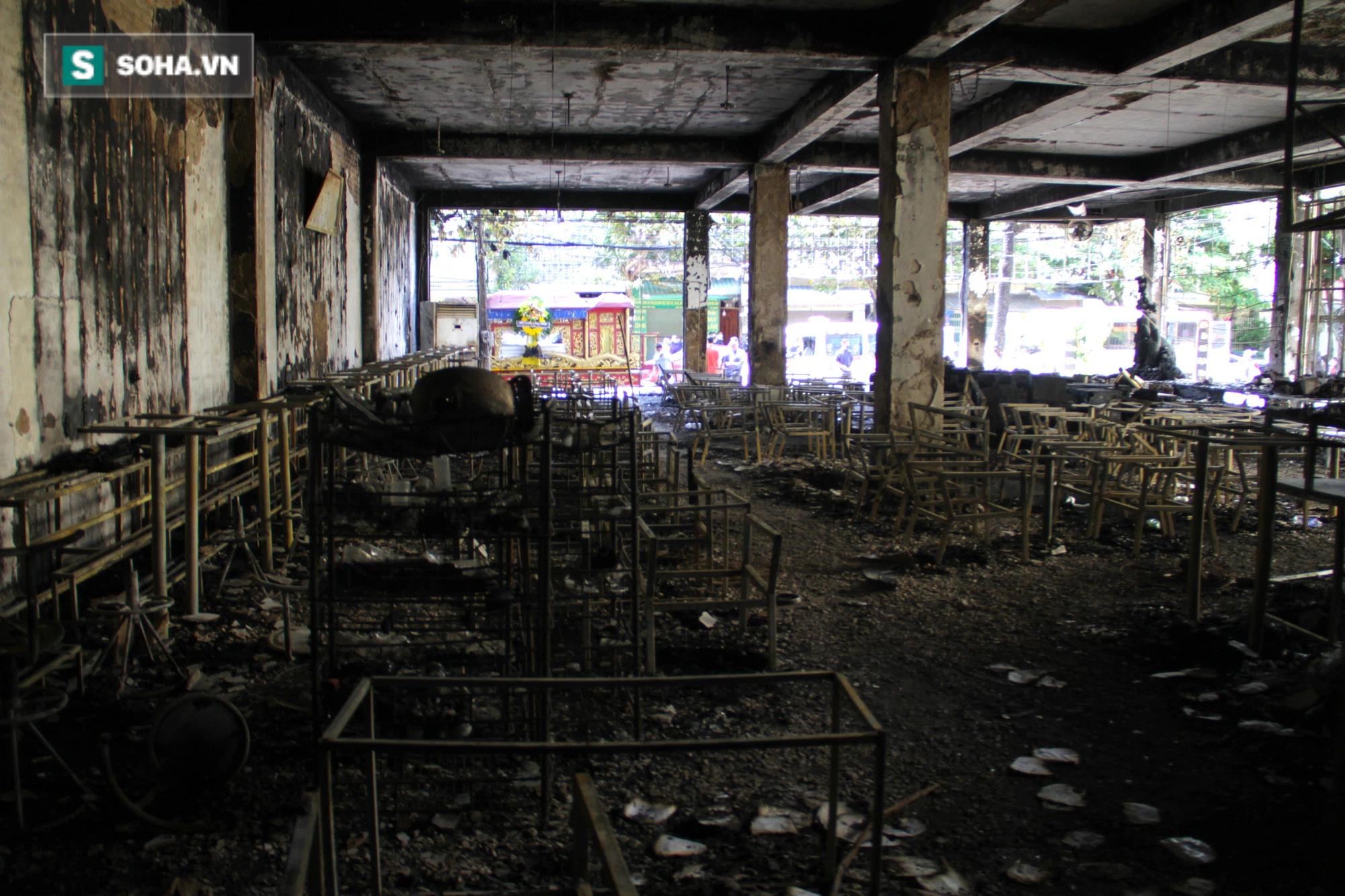 Cận cảnh hiện trường bên trong phòng trà bị cháy khiến 6 người tử vong ở Nghệ An - Ảnh 19.