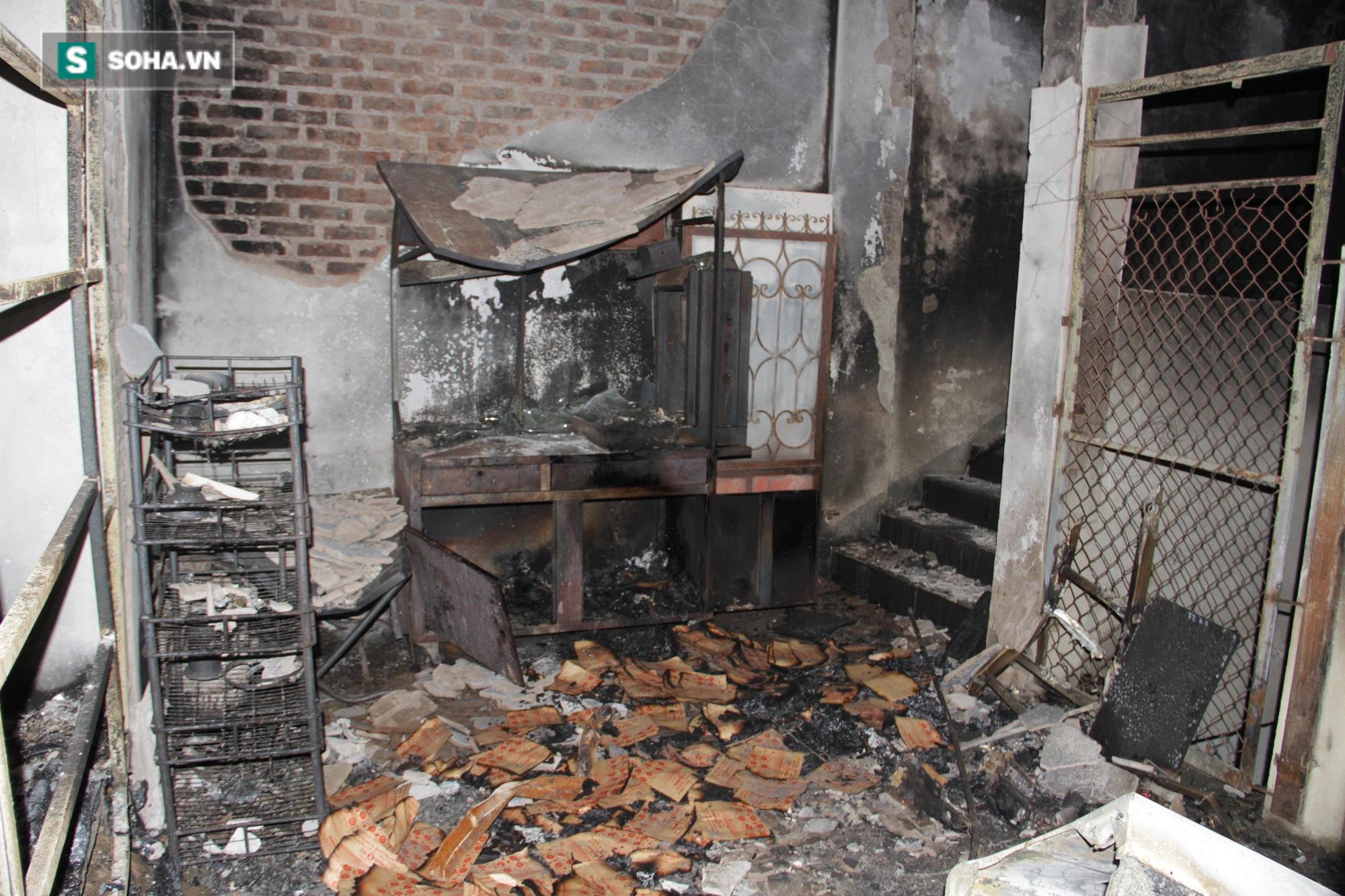 Cận cảnh hiện trường bên trong phòng trà bị cháy khiến 6 người tử vong ở Nghệ An - Ảnh 20.