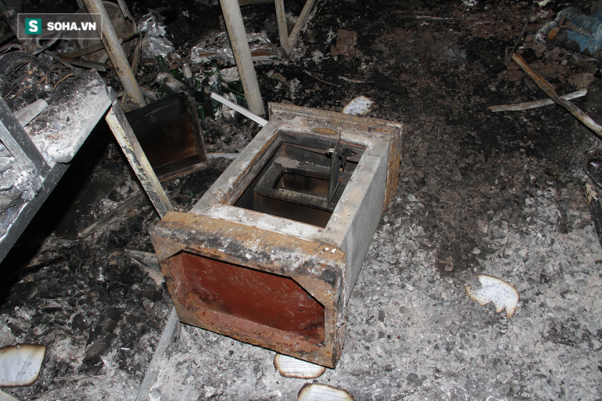 Cận cảnh hiện trường bên trong phòng trà bị cháy khiến 6 người tử vong ở Nghệ An - Ảnh 22.