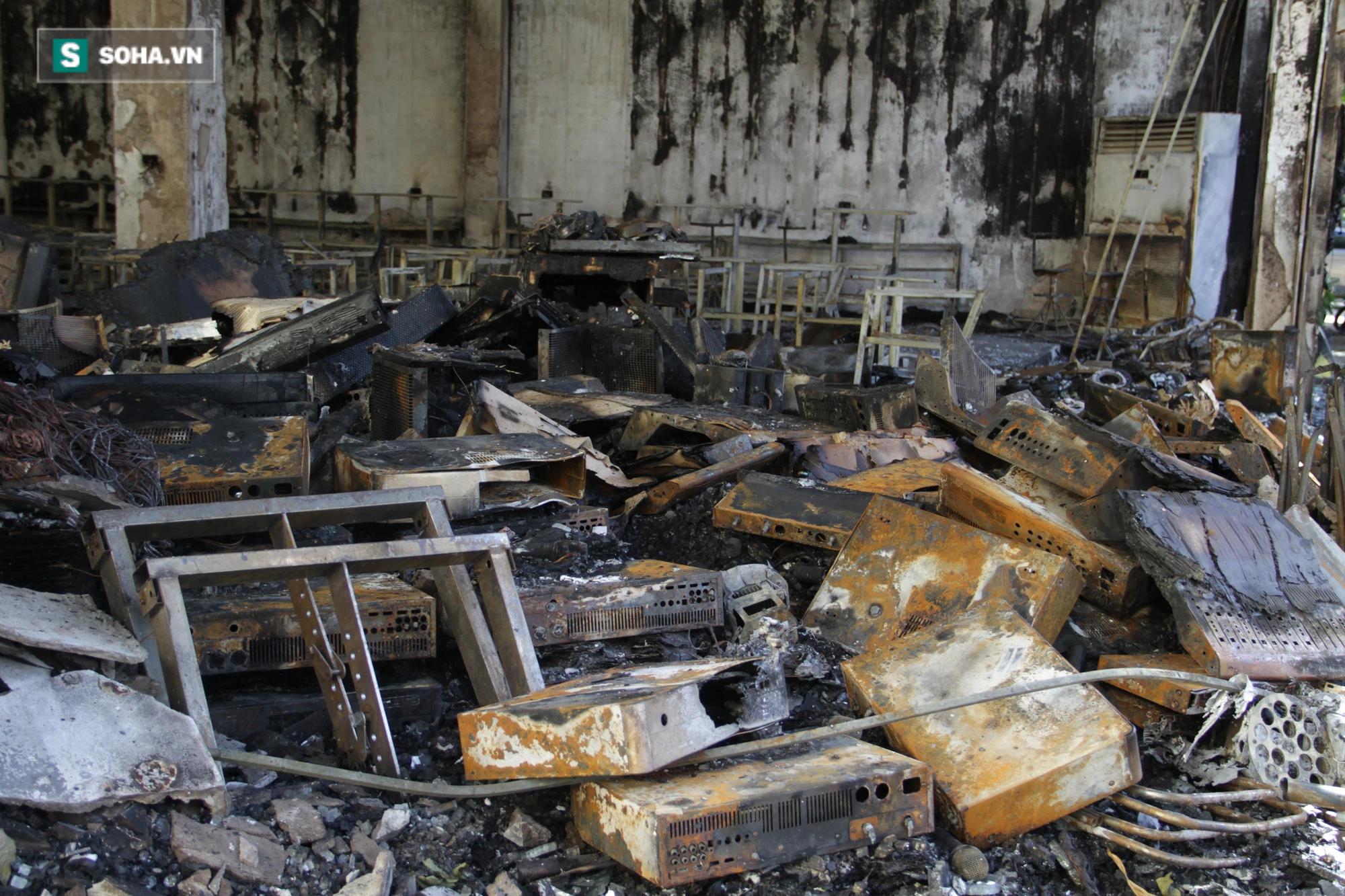 Cận cảnh hiện trường bên trong phòng trà bị cháy khiến 6 người tử vong ở Nghệ An - Ảnh 24.