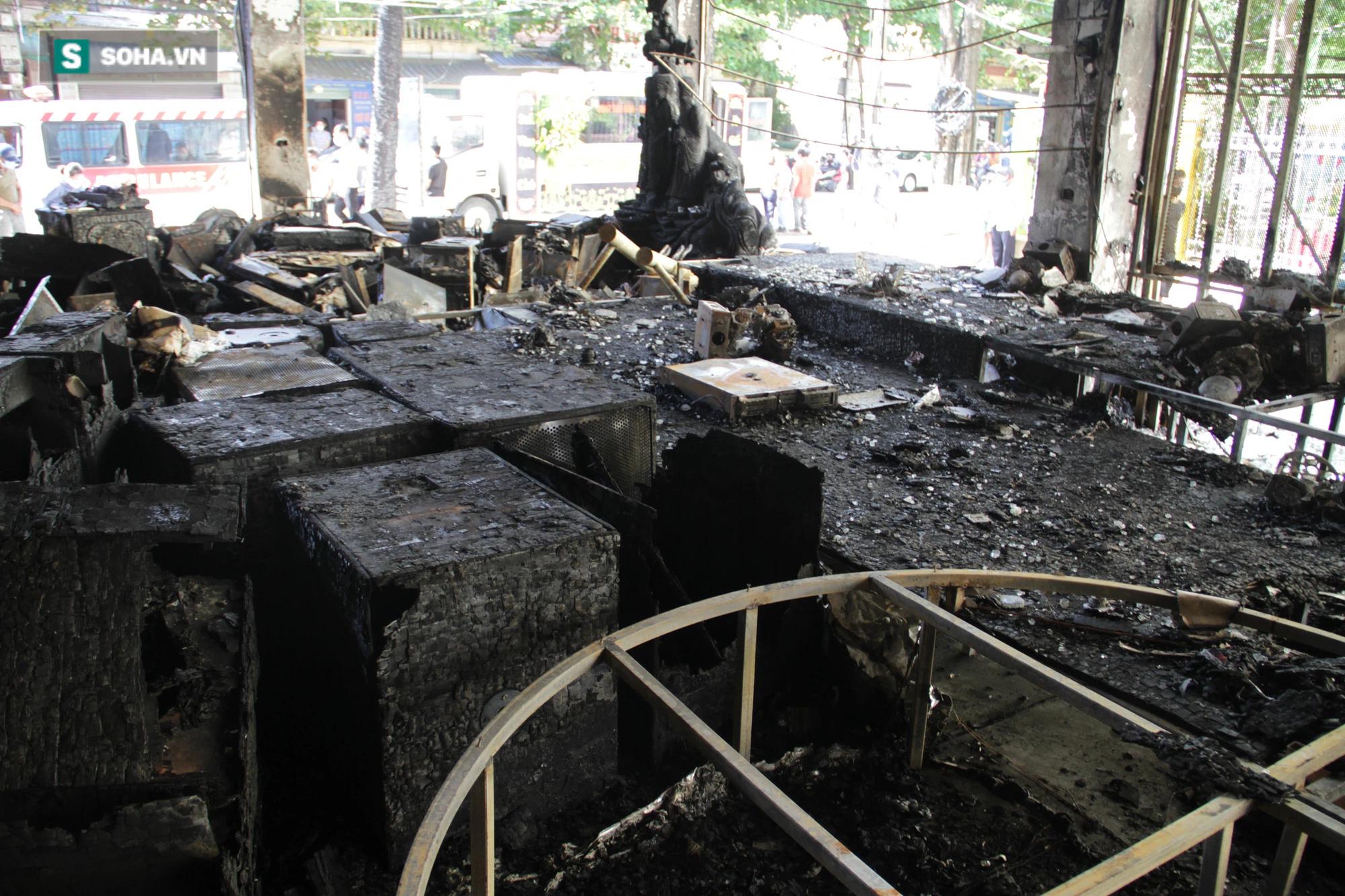 Cận cảnh hiện trường bên trong phòng trà bị cháy khiến 6 người tử vong ở Nghệ An - Ảnh 26.