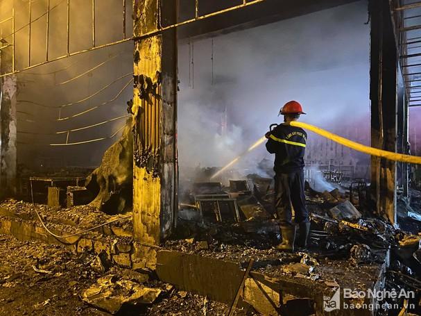 Nghệ An: Hiện trường vụ cháy kinh hoàng khiến 6 người tử vong - Ảnh 7.