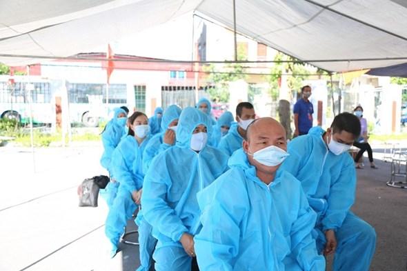 20 xe buýt đến tâm dịch Bắc Giang đón gần 290 người về Hà Nội - Ảnh 3.