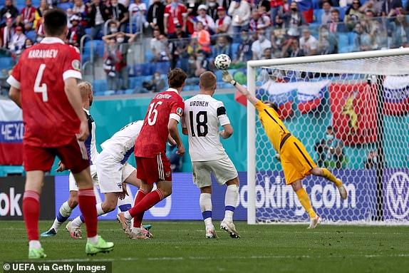 Euro 2020: Nga giành 3 điểm chật vật nhờ pha ghi bàn giống với siêu phẩm của Văn Thanh - Ảnh 3.