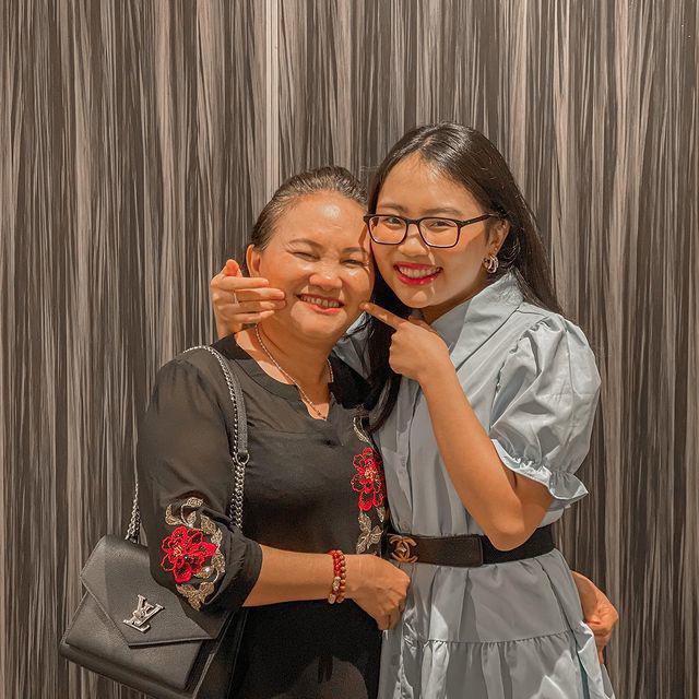 Nhìn mẹ Phương Mỹ Chi vui vẻ quay clip cùng con gái, người hâm mộ xót xa: Mẹ Hồ Văn Cường lép vế hơn hẳn - Ảnh 4.