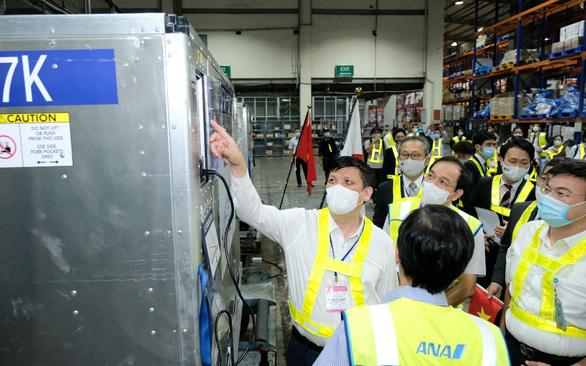 Một nhân viên LHQ mắc COVID-19 đưa đến Việt Nam điều trị khẩn cấp bằng máy bay riêng; Vaccine Nhật Bản tặng được chuyển ngay tới TPHCM - Ảnh 1.