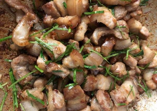 Thịt ba chỉ rang lá chanh, món ăn vừa dễ làm lại cực đưa cơm - Ảnh 2.
