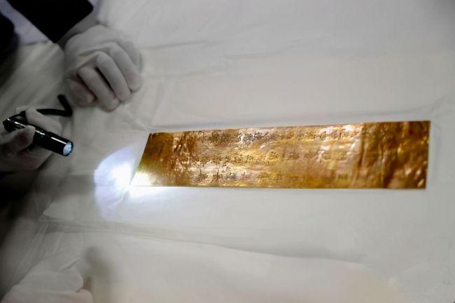Ông lão nhặt được mảnh vàng, hàng xóm đặt 350 triệu đồng nhưng ông không bán, chuyên gia ngỡ ngàng: Lời thú tội của Võ Tắc Thiên! - Ảnh 3.