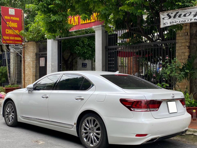 Giữ giá như Lexus LS 460L: 8 năm tuổi vẫn rao bán 3,5 tỷ đồng, ODO chỉ 2.600km/năm - Ảnh 2.
