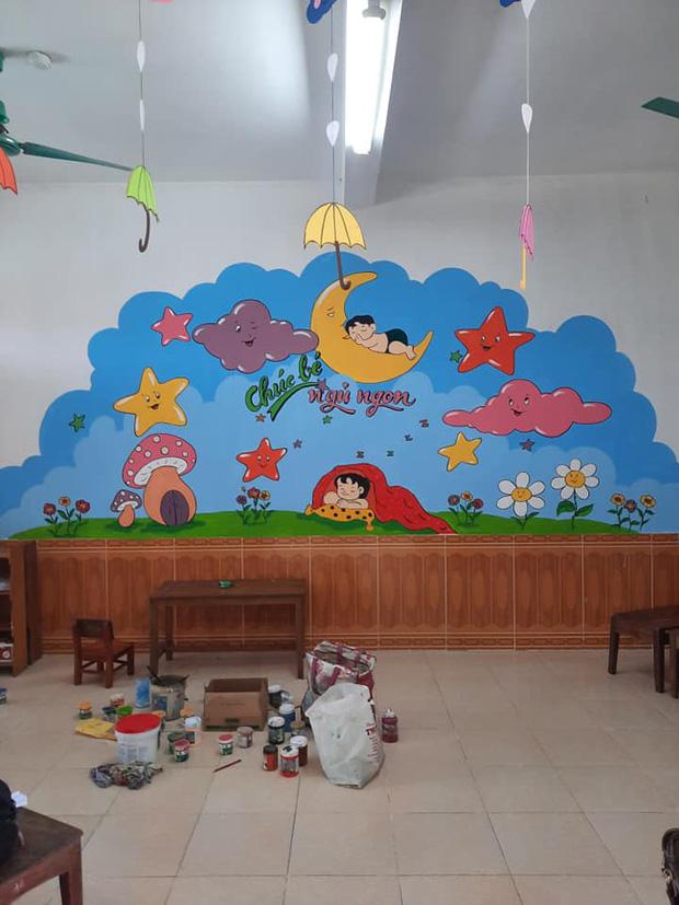 Đi cách ly tại trường mầm non, thầy giáo biến những bức tường bong tróc thành tranh vẽ đáng yêu hết nấc! - Ảnh 2.