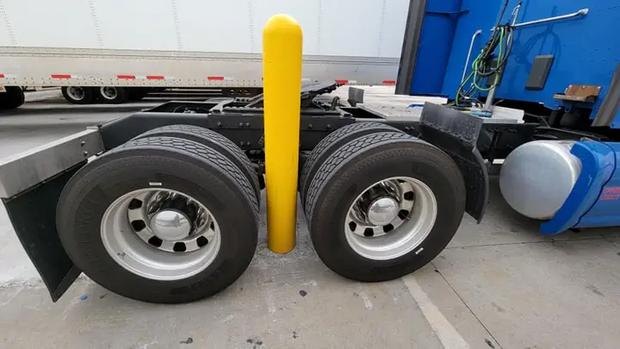 Xe container mắc kẹt theo cách không thể kỳ lạ hơn, tài xế lên MXH cầu cứu nhận ngay 27 nghìn lượt share vì quá khó - Ảnh 1.