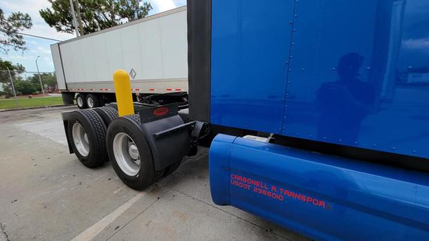 Xe container mắc kẹt theo cách không thể kỳ lạ hơn, tài xế lên MXH cầu cứu nhận ngay 27 nghìn lượt share vì quá khó - Ảnh 2.