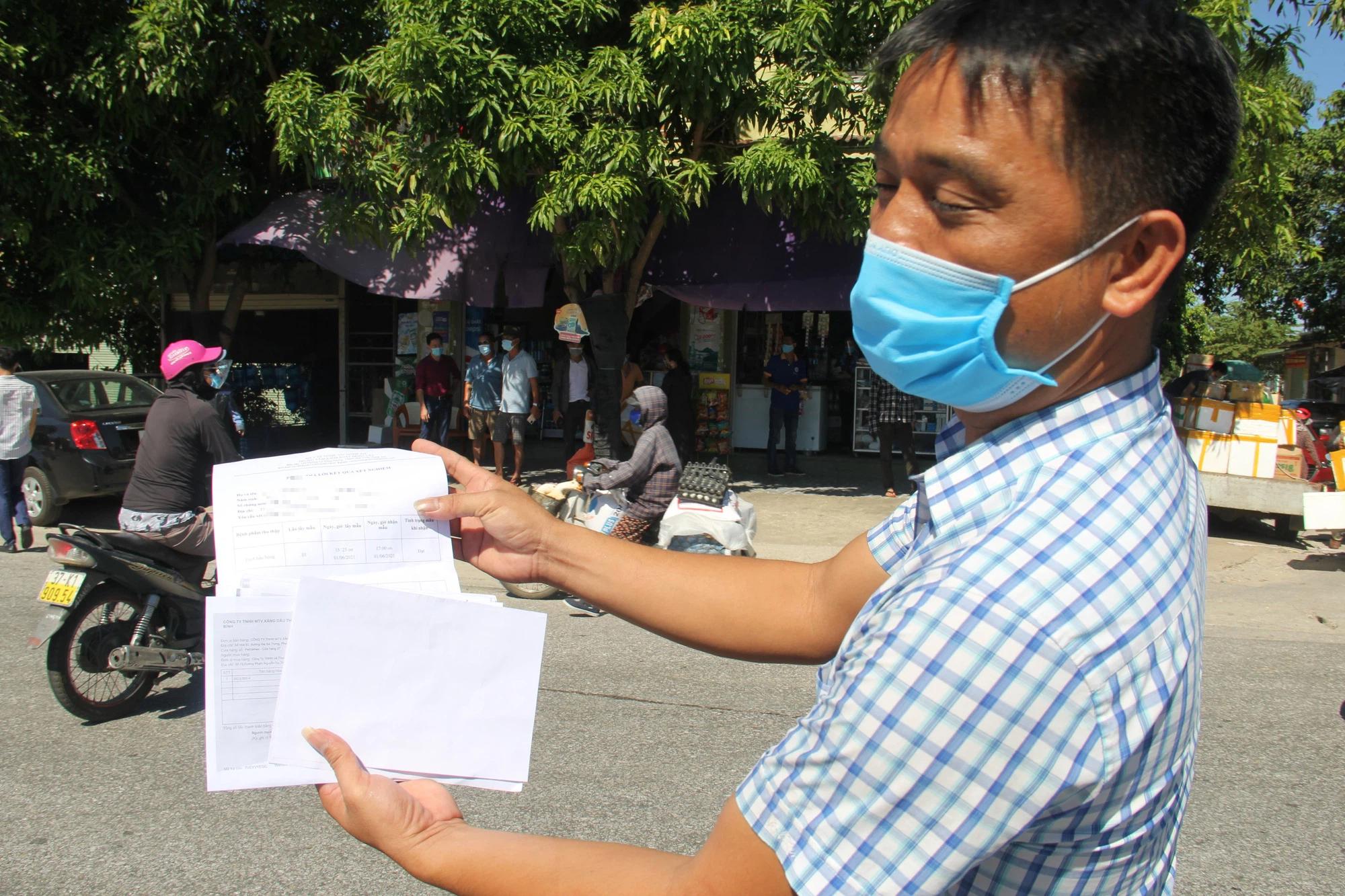TP Vinh vắng vẻ ngày đầu cách ly, người dân, tài xế trình hàng loạt giấy tờ xin được qua chốt - Ảnh 14.