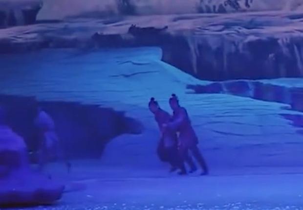 Chó sói tấn công diễn viên trên sân khấu ở Trung Quốc khiến người xem lạnh sống lưng - Ảnh 2.