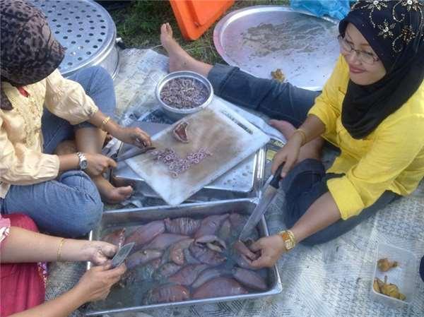 Cô gái sợ hãi vì hàng nghìn sinh vật bò lổm ngổm trên bờ biển Malaysia: Có thể ăn được, hương vị còn rất thơm ngon! - Ảnh 3.