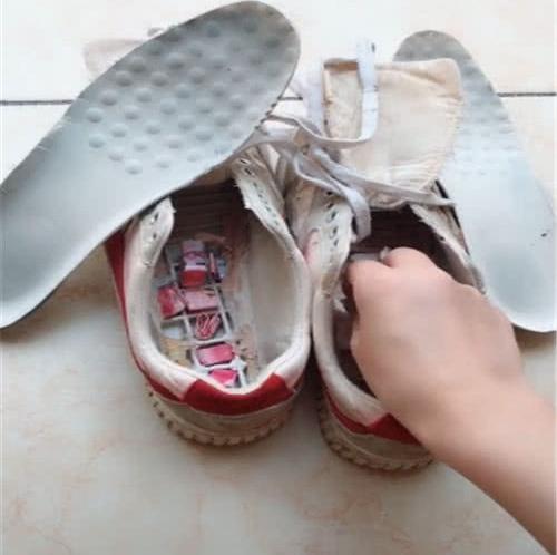 Thẳng tay vứt bỏ đôi giày cũ trong nhà trọ vừa mới thuê, cô gái trẻ sáng cả 2 mắt khi thấy thứ này rơi ra từ trong giày  - Ảnh 2.