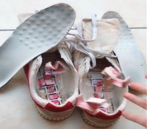 Thẳng tay vứt bỏ đôi giày cũ trong nhà trọ vừa mới thuê, cô gái trẻ sáng cả 2 mắt khi thấy thứ này rơi ra từ trong giày  - Ảnh 3.