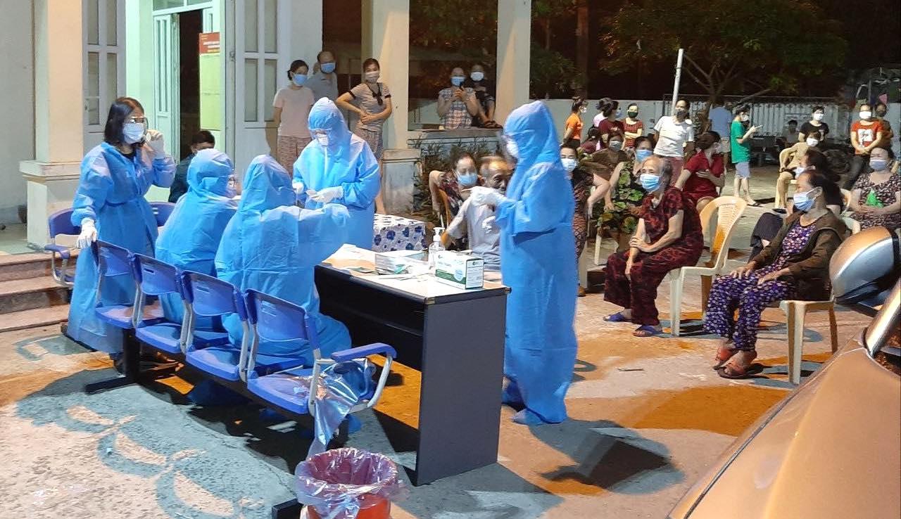 [ẢNH] Nghệ An test Covid-19 diện rộng cho nửa triệu dân, đêm đầu tiên có 8 mẫu nghi nhiễm - Ảnh 12.