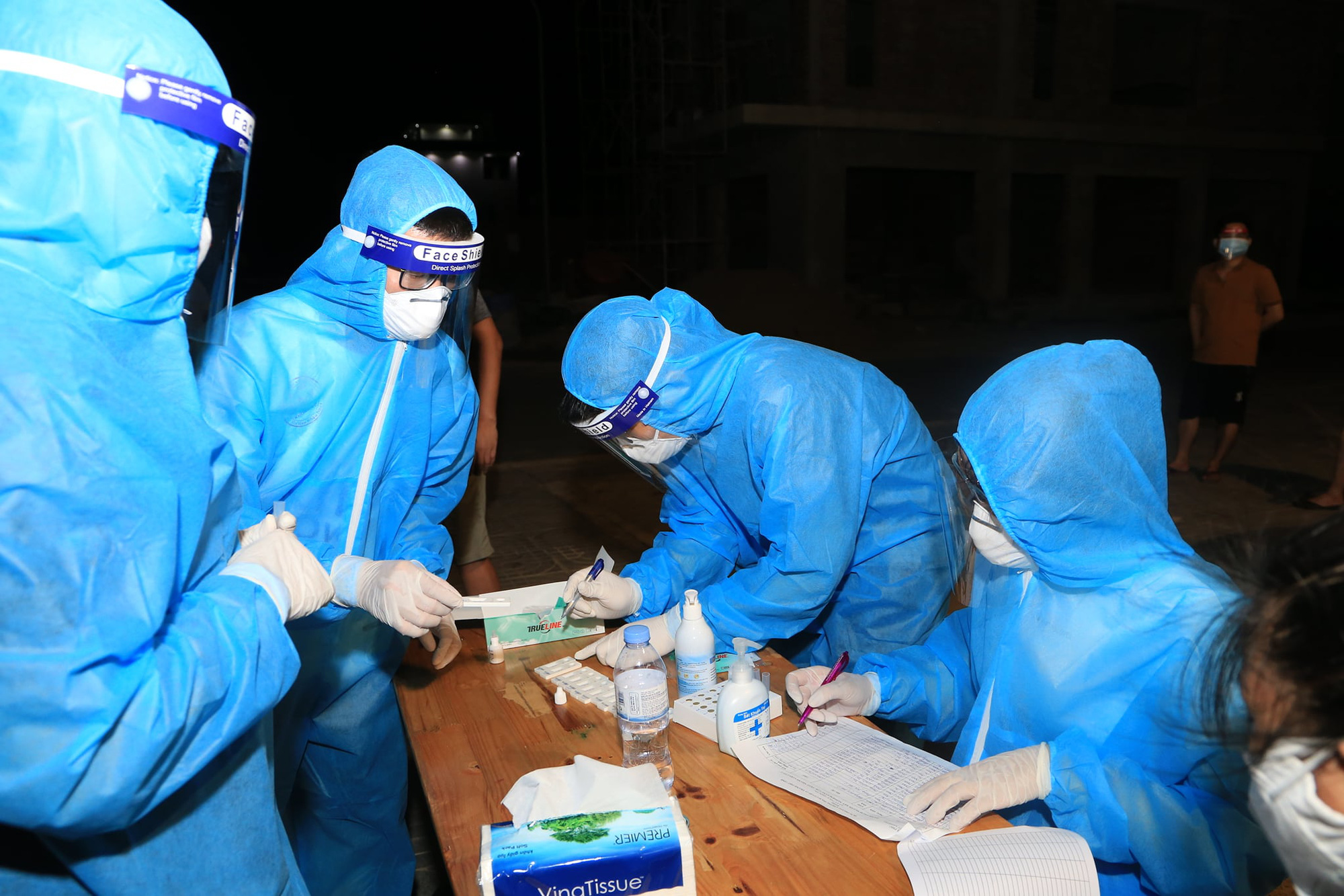 [ẢNH] Nghệ An test Covid-19 diện rộng cho nửa triệu dân, đêm đầu tiên có 8 mẫu nghi nhiễm - Ảnh 8.