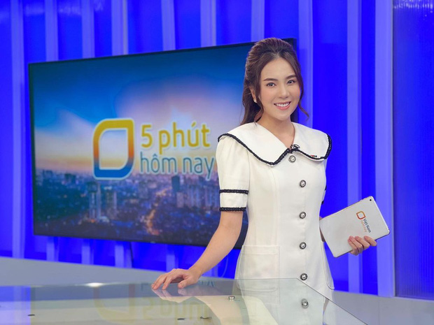 MC đẹp nhất VTV khoe hậu trường sống ảo ở studio của nhà đài, 1 chiếc phụ kiện rẻ tiền bất ngờ gây chú ý! - Ảnh 1.
