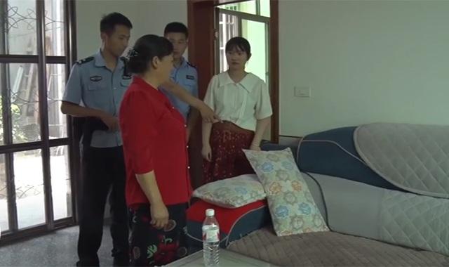 Người phụ nữ đang nằm ngủ thì thấy lạnh sống lưng, vừa lật tấm đệm sofa lên liền báo ngay cảnh sát - Ảnh 1.