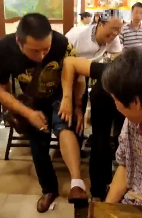Đang ngồi ăn lẩu thì thấy ngứa chân, người đàn ông thản nhiên đưa tay xuống gãi rồi giật thót tim vì sờ phải thứ này - Ảnh 2.
