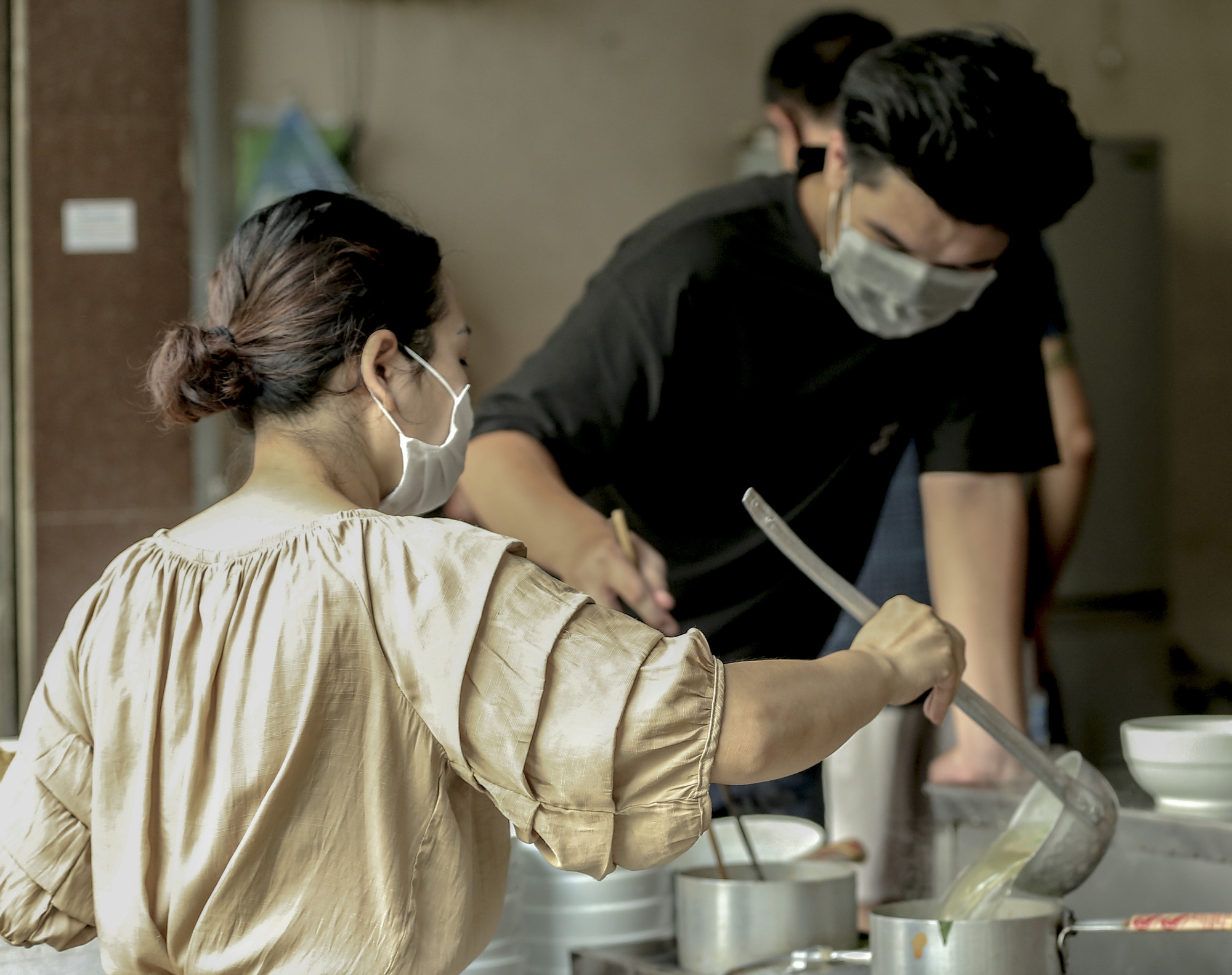 Hà Nội: Quán ăn, cà phê, tiệm tóc nhộn nhịp trong ngày đầu hoạt động trở lại - Ảnh 3.