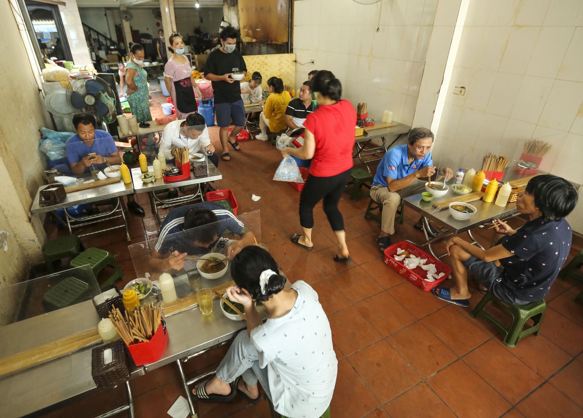 Hà Nội: Quán ăn, cà phê, tiệm tóc nhộn nhịp trong ngày đầu hoạt động trở lại - Ảnh 2.