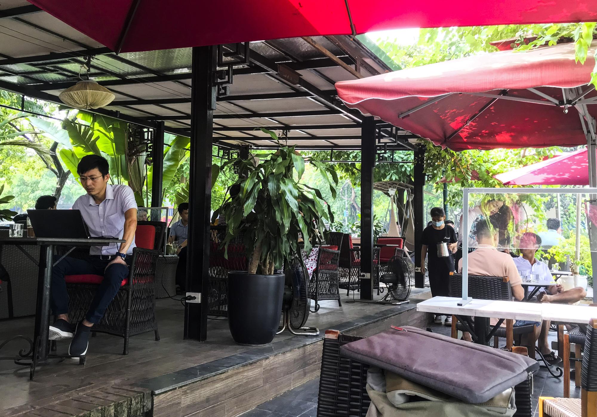 Hà Nội: Quán ăn, cà phê, tiệm tóc nhộn nhịp trong ngày đầu hoạt động trở lại - Ảnh 4.