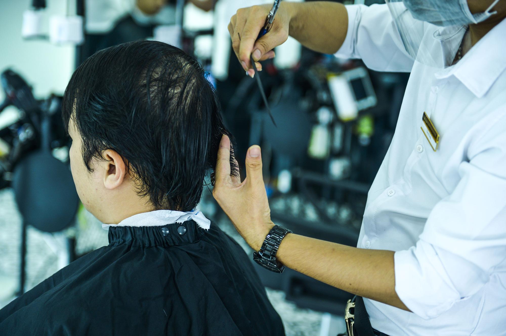 Hà Nội: Quán ăn, cà phê, tiệm tóc nhộn nhịp trong ngày đầu hoạt động trở lại - Ảnh 9.