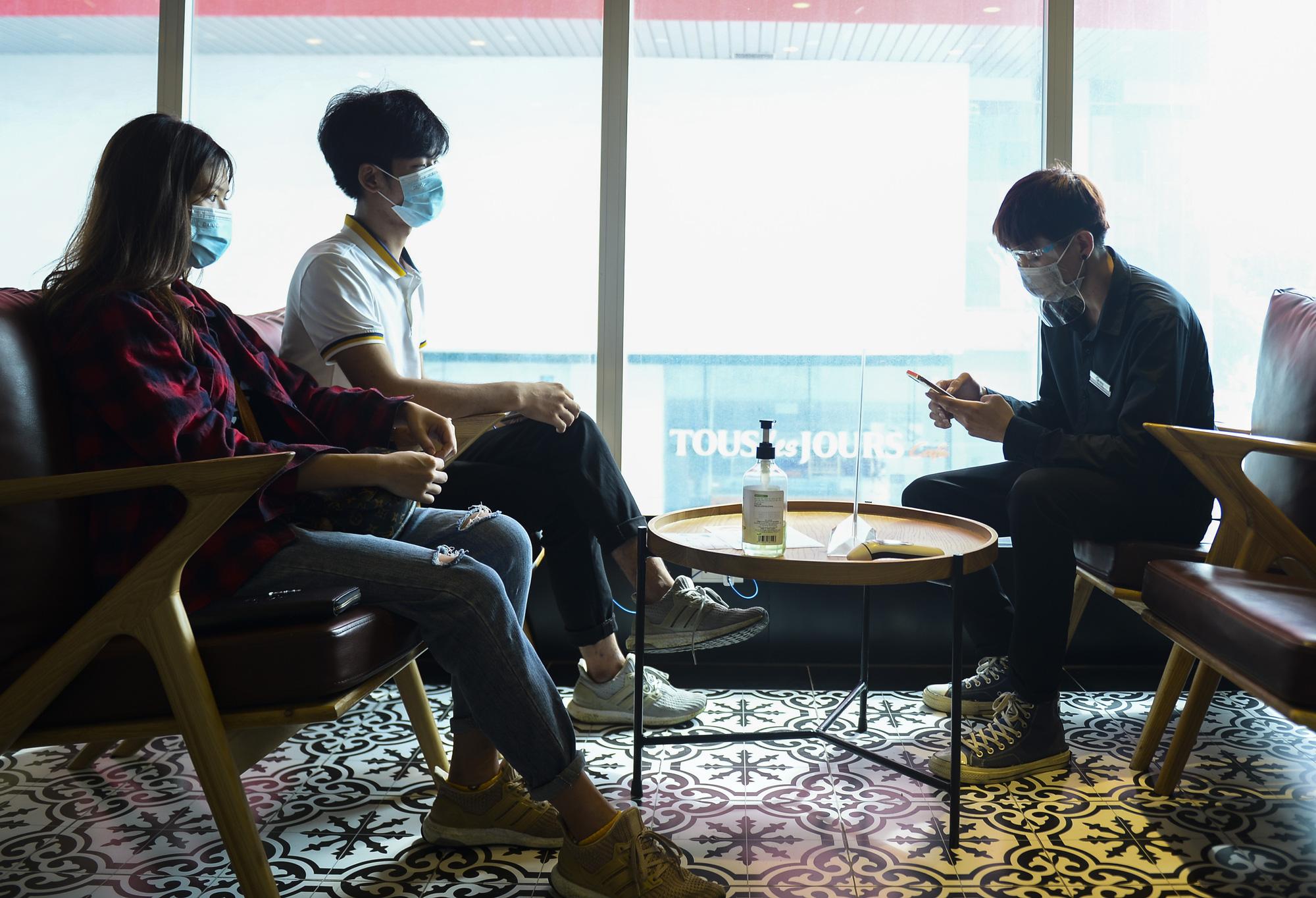 Hà Nội: Quán ăn, cà phê, tiệm tóc nhộn nhịp trong ngày đầu hoạt động trở lại - Ảnh 6.