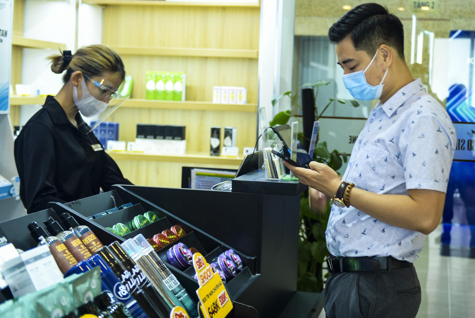 Hà Nội: Quán ăn, cà phê, tiệm tóc nhộn nhịp trong ngày đầu hoạt động trở lại - Ảnh 10.