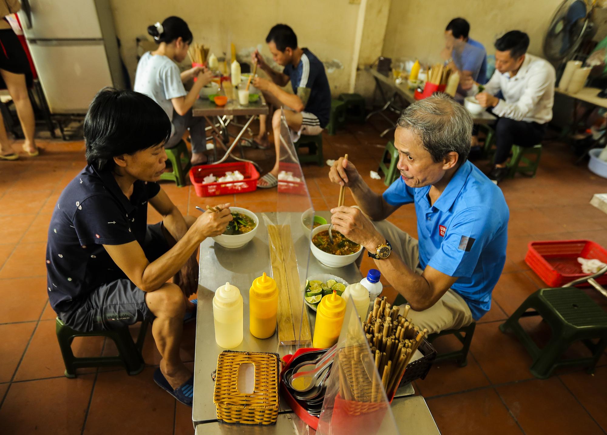 Hà Nội: Quán ăn, cà phê, tiệm tóc nhộn nhịp trong ngày đầu hoạt động trở lại - Ảnh 1.