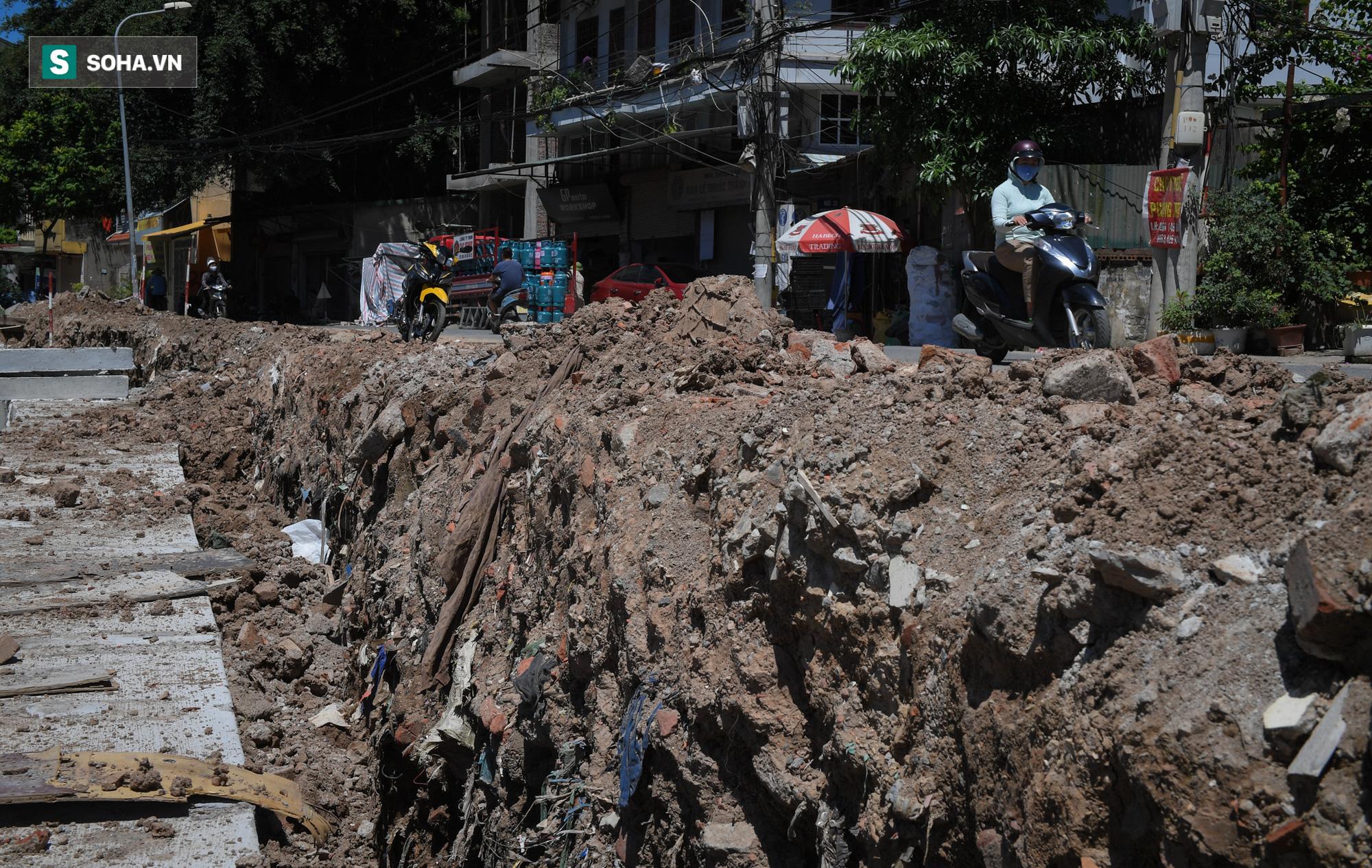 Đại dự án 7.000 tỷ đồng chống ngập cho 6 quận huyện phía Tây TP Hà Nội chậm tiến độ, ngập ngụa trong rác - Ảnh 8.