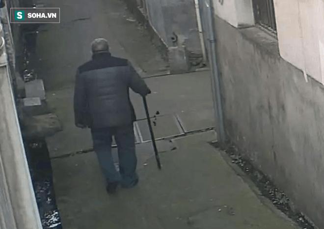 Bị con trai đuổi ra khỏi nhà, nửa tháng sau, cha già chết gục bên đường, thứ tìm được trong túi áo khiến bao người cay mắt - Ảnh 2.