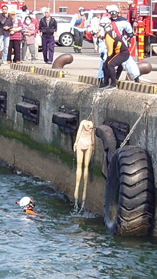 Đội cứu hộ gấp rút trục vớt người chết đuối, khi vớt lên mọi người mới ngã ngửa - Ảnh 4.