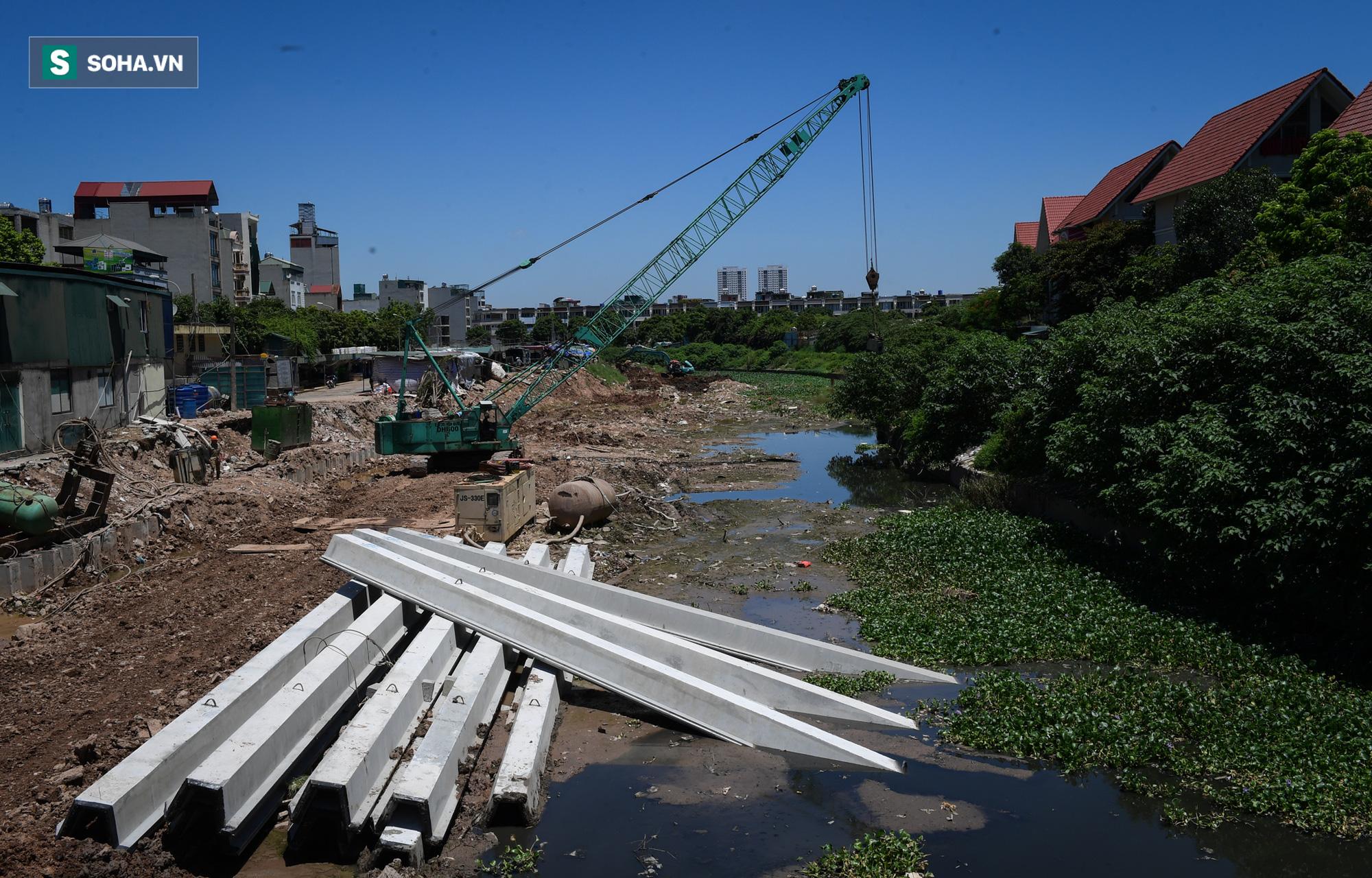 Đại dự án 7.000 tỷ đồng chống ngập cho 6 quận huyện phía Tây TP Hà Nội chậm tiến độ, ngập ngụa trong rác - Ảnh 9.